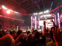 Daniel Bryan przyczepia Dolph Ziggler w środku pierścionek gdy tłumu obliczenie Zdjęcie Stock