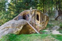 Daniel la caverna dell'eremo di Hesychast (Daniil Sihastru) vicino a Putna fotografie stock libere da diritti