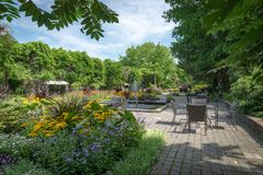 Daniel A Seguin-Besucher-Mittelvorgarten mit verschiedenen Jahrbüchern, Quebec stockfotos
