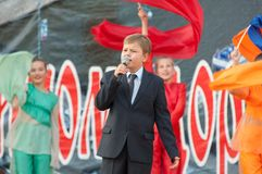 Danila Potapenko allsång en sång Royaltyfri Fotografi