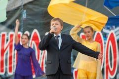 Danila Potapenko allsång en sång Arkivbilder