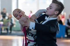 Danilevich Kevin en Dorosh Dariya Perform jeugd-2 Standaardprogramma Royalty-vrije Stock Foto's