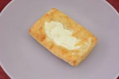 Danish сыра на белой плите стоковое изображение
