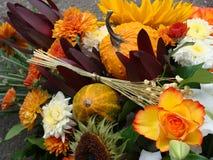 Dank die de bloemen en de pompoenen van de Dag geven Royalty-vrije Stock Foto