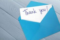 Dank u kaarden en envelop op houten achtergrond royalty-vrije stock fotografie