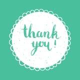 Dank u met de hand geschreven inschrijving Hand het getrokken van letters voorzien Dank u kalligrafie Vectorillustratie op blauwe Royalty-vrije Stock Afbeelding