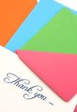 Dank u nota nemen van en enveloppen Stock Foto's