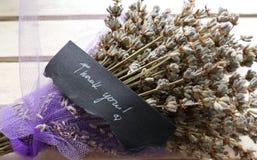 Dank u nota nemen van - verse lavendel op houten lijst Royalty-vrije Stock Fotografie