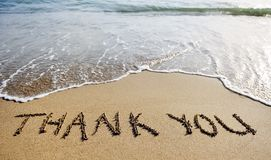 Dank u verwoorden getrokken op het strandzand royalty-vrije stock fotografie