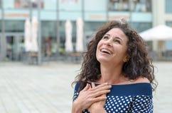 Dankbare jonge vrouw met haar handen aan haar hart royalty-vrije stock foto's