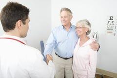 Dankbarer Mann, der Hände mit dem Doktor rüttelt stockbilder