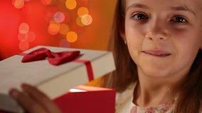 Dankbares kleines Mädchen, das ihr Weihnachtsgeschenk öffnet stock video