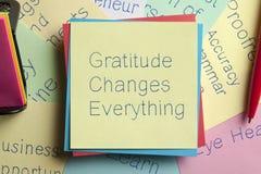Dankbarkeit ändert alles, das auf eine Anmerkung geschrieben wird stockfoto