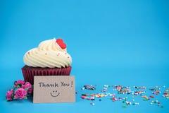 Danke, mit kleinem Kuchen und rosafarbener Blume des rosa Blumenstraußes zu merken Lizenzfreie Stockfotos