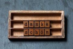 Danke-schon danken Ihnen in der deutschen Übersetzung Weinlesekasten, dankbare Phrasenmitteilung der hölzernen Würfel geschrieben Lizenzfreie Stockbilder