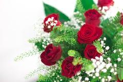 Danken de dichte rode rozen van het bloemenboeket op witte achtergrond omhoog u en het ontwerpruimte van de liefdekaart voor teks Royalty-vrije Stock Afbeelding