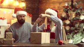 Danksagungs-Tag und Weihnachten für Paare in der Liebe Geschenk des neuen Jahres Hauptweihnachtsatmosph?re Zu k?ssen Mann und Fra stock video