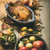 DanksagungsAbendtisch mit gebratenem Fleisch, Gemüse, Frucht, quadratische Ernte lizenzfreies stockfoto
