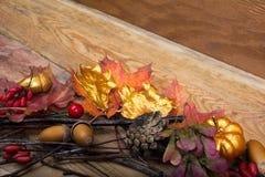 Danksagungshintergrund mit goldenem Kürbis und Eichel winden, Co Stockfoto