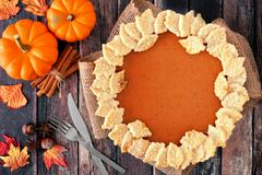 Danksagungskürbiskuchen mit Herbstblatt-Gebäckdesign, obenliegende Szene auf rustikalem Holz Stockfoto