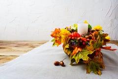 Danksagungsmittelstück mit weißem Kerzen- und Seidenfall verlässt Stockfotografie