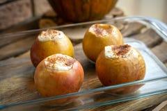 Danksagungsnachtischmenü Fallernte Herbstmenü Angefüllte Äpfel Äpfel angefüllt mit Hüttenkäse und Zimt lizenzfreies stockfoto