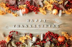 Danksagungstagesherbsthintergrund mit mit glücklichen Danksagungsbuchstaben, Saisonherbstbeeren, Kürbise, Äpfel Lizenzfreie Stockfotos