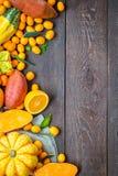 Dankzegging Autumn Background, Verscheidenheid van Oranje Vruchten en Groenten op Donkere Houten Achtergrond met Vrije Ruimte voo Stock Afbeelding