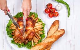Dankzegging of Kerstmis Eigengemaakt geroosterd geheel Turkije op houten lijst Het Traditionele het Diner van de dankzeggingsvier stock foto's