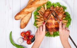 Dankzegging of Kerstmis Eigengemaakt geroosterd geheel Turkije op houten lijst Het Traditionele het Diner van de dankzeggingsvier royalty-vrije stock foto