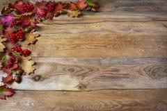 Dankzeggingsgroet met bessen, eikel, dalingsbladeren op woode stock foto's