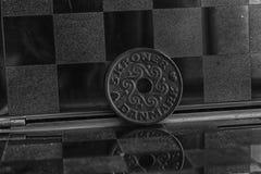Danmark som mynt i spegel reflekterar plånboklögner på trävalör för bambutabellbakgrund, är kronan för fem krone royaltyfri foto