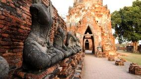Danneggi la statua di Buddha sul muro di mattoni, abbia sfuocatura sul vecchio muro di mattoni fotografia stock