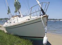Danneggi sulla barca a vela lavata a terra su Nantucket dall'uragano immagine stock