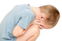 Danneggi un piccolo bambino è gridare isolato su fondo bianco fotografie stock libere da diritti