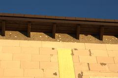 Danneggiamento e fori del picchio della gronda sotto un tetto Fotografia Stock Libera da Diritti