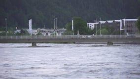 Danni delle alluvioni su un ponte sopra il fiume della locanda con la città Kufstein nei precedenti Austria archivi video