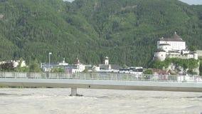 Danni delle alluvioni su un ponte sopra il fiume della locanda con la città Kufstein nei precedenti Austria stock footage