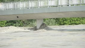 Danni delle alluvioni su un ponte sopra il fiume della locanda in Kufstein Austria video d archivio