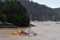Danni provocati dal maltempo - barca del lavandino Immagine Stock