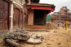 Danno di terremoto sulle vie di Kathamndu dalle sedere di Thamel immagine stock libera da diritti