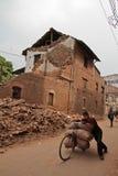 Danno di terremoto sulle vie di Kathamndu dalle sedere di Thamel fotografia stock libera da diritti