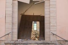 Danno pesante dopo la chiesa distrutta abbandonata terremoto Immagine Stock