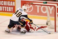 Danny Briere dos Buffalo Sabres marca um objetivo Fotografia de Stock Royalty Free