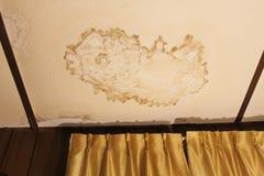 Dano da água em um teto Foto de Stock