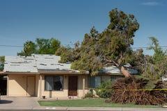 Dano da árvore ao telhado após Major Monsoon imagens de stock