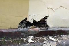 Dano da parede da casa da funda??o da umidade paredes sem waterproofing os fragmentos encontram-se próximo imagens de stock