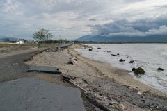 Dano de estrada após o tsunami e terremoto Palu On no 28 de setembro de 2018 foto de stock royalty free