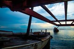 Dano do navio nos pores do sol crepusculares Imagens de Stock Royalty Free