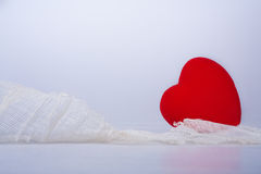 Dano e proteção vermelhos dos corações com facia Imagens de Stock